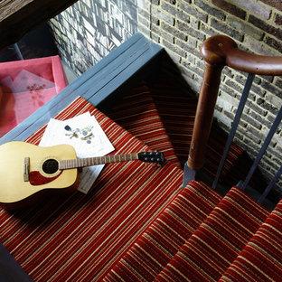 Пример оригинального дизайна: п-образная лестница в современном стиле с ступенями с ковровым покрытием и ковровыми подступенками