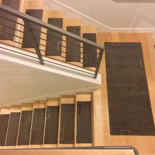 Imagen de escalera recta, contemporánea, de tamaño medio, con escalones enmoquetados y contrahuellas de madera