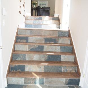 フィラデルフィアの木のトラディショナルスタイルのおしゃれな直階段 (タイルの蹴込み板) の写真