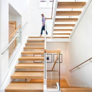 Ejemplo de escalera en U, nórdica, de tamaño medio, sin contrahuella, con escalones de madera