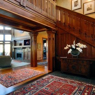 Imagen de escalera recta, de estilo americano, extra grande, con escalones de madera, contrahuellas de madera y barandilla de madera
