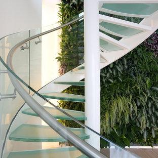 アムステルダムの中サイズのガラスのモダンスタイルのおしゃれならせん階段 (金属の蹴込み板) の写真