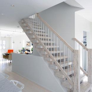 Выдающиеся фото от архитекторов и дизайнеров интерьера: прямая лестница среднего размера в скандинавском стиле с деревянными ступенями без подступенок