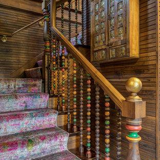 Modelo de escalera en L, asiática, con escalones de madera, contrahuellas de madera y barandilla de madera