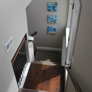 ウィチタの中サイズのカーペット敷きのトランジショナルスタイルのおしゃれなかね折れ階段 (カーペット張りの蹴込み板) の写真