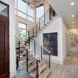 Foto de escalera en U, actual, extra grande, sin contrahuella, con escalones de madera