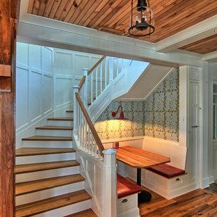 Foto de escalera curva, rústica, grande, con escalones de madera y contrahuellas de madera