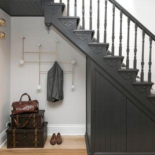 Idee per una piccola scala a rampa dritta design con pedata in legno verniciato, alzata in moquette e parapetto in legno