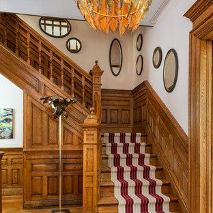 Modelo de escalera en L, clásica, pequeña, con escalones de madera, contrahuellas de madera y barandilla de madera