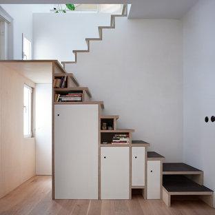 Imagen de escalera en U, contemporánea, pequeña, con escalones de madera y contrahuellas de madera