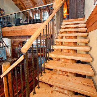 バンクーバーの木のラスティックスタイルのおしゃれな階段の写真
