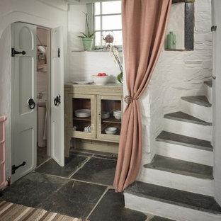 Inspiration för små shabby chic-inspirerade trappor, med sättsteg i betong