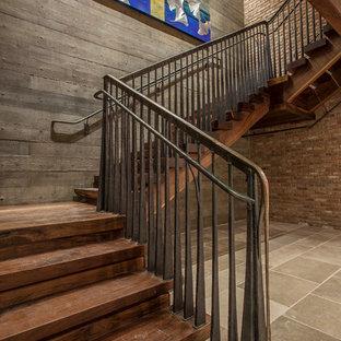 Idéer för mycket stora rustika u-trappor i trä, med sättsteg i trä