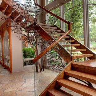 Ejemplo de escalera suspendida, rural, sin contrahuella, con barandilla de vidrio