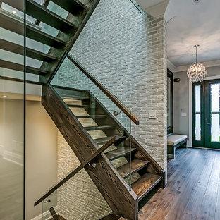 Diseño de escalera en U, de estilo de casa de campo, grande, sin contrahuella, con escalones de madera y barandilla de vidrio