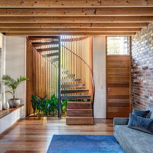 Diseño de escalera de caracol, moderna, pequeña, sin contrahuella, con escalones de madera y barandilla de madera