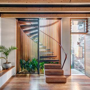 Mittelgroße Industrial Treppe mit Holzgeländer und offenen Setzstufen in Sydney