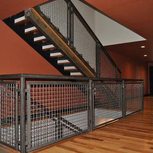 Diseño de escalera recta, ecléctica, de tamaño medio, con escalones de madera y contrahuellas de metal