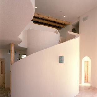 Aménagement d'un très grand escalier hélicoïdal sud-ouest américain avec un garde-corps en matériaux mixtes.