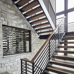 Стильный дизайн: п-образная лестница в современном стиле с деревянными ступенями и перилами из тросов без подступенок - последний тренд