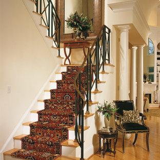 Foto de escalera en U, clásica, de tamaño medio, con escalones de madera y contrahuellas de madera pintada