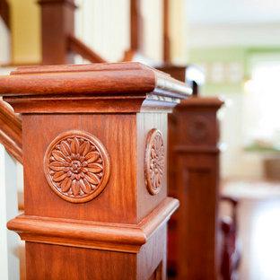 """Immagine di una scala a """"L"""" american style di medie dimensioni con pedata in legno e alzata in legno verniciato"""