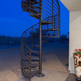 Foto di una scala a chiocciola stile rurale di medie dimensioni con pedata in metallo e alzata in metallo