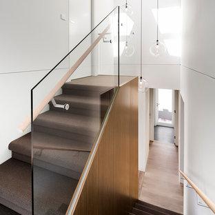 Diseño de escalera en U, contemporánea, de tamaño medio, con escalones enmoquetados y contrahuellas enmoquetadas
