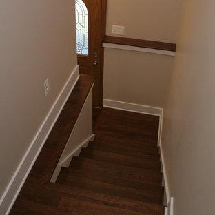 """Esempio di una scala a """"U"""" minimalista di medie dimensioni con pedata in legno e alzata in legno verniciato"""