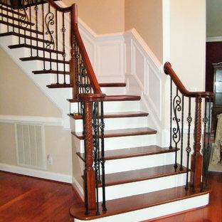 ローリーの広い木のトランジショナルスタイルのおしゃれな階段の写真