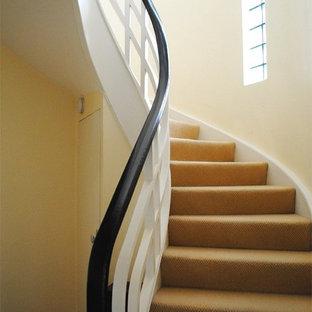 Modelo de escalera curva, vintage, de tamaño medio, con escalones enmoquetados y contrahuellas enmoquetadas