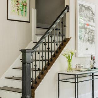 """Foto di una scala a """"L"""" classica di medie dimensioni con pedata in legno, alzata in legno verniciato e parapetto in materiali misti"""