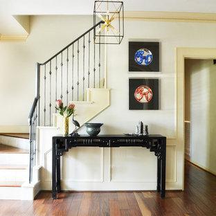 Imagen de escalera en L, bohemia, grande, con escalones de madera, contrahuellas con baldosas y/o azulejos y barandilla de metal