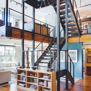 Foto de escalera suspendida, industrial, de tamaño medio, sin contrahuella, con escalones de metal
