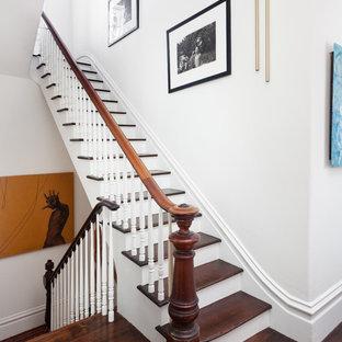 """Immagine di una scala a """"U"""" vittoriana di medie dimensioni con pedata in legno, alzata in legno e parapetto in legno"""
