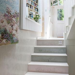 ロンドンのシャビーシック調のおしゃれな階段の写真