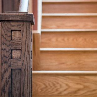 Modelo de escalera en L, de estilo americano, de tamaño medio, con escalones de madera y contrahuellas de madera pintada