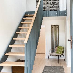 Новый формат декора квартиры: прямая лестница в скандинавском стиле с деревянными ступенями без подступенок