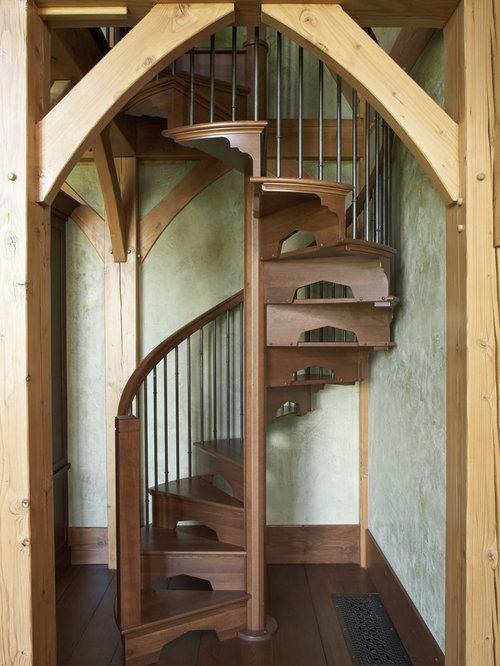 imagen de escalera de caracol rural con escalones de madera y de madera
