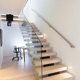 Modelo de escalera suspendida, moderna, de tamaño medio, sin contrahuella, con escalones de madera
