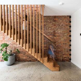 Foto de escalera recta, contemporánea, pequeña, con escalones de madera, contrahuellas de madera y barandilla de madera