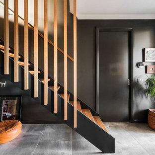 Ejemplo de escalera recta, contemporánea, sin contrahuella, con escalones de madera y barandilla de madera