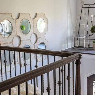 Ejemplo de escalera recta, clásica renovada, con escalones enmoquetados, contrahuellas de madera pintada y barandilla de varios materiales