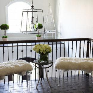Ejemplo de escalera recta, tradicional renovada, con escalones enmoquetados, contrahuellas de madera pintada y barandilla de varios materiales
