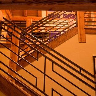 デンバーの中サイズの木のラスティックスタイルのおしゃれな直階段 (木の蹴込み板) の写真