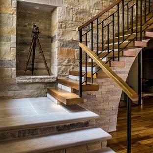Imagen de escalera suspendida, campestre, con escalones de madera y barandilla de varios materiales