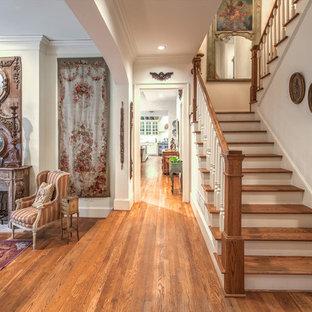 Imagen de escalera en U, romántica, grande, con escalones de madera y contrahuellas de madera pintada