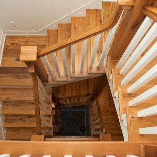 他の地域の広い木のラスティックスタイルのおしゃれならせん階段 (フローリングの蹴込み板) の写真