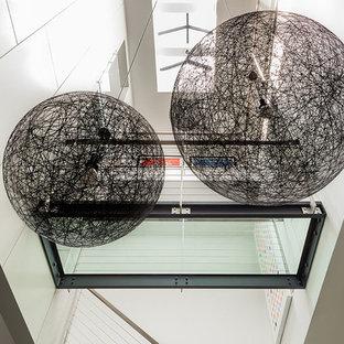 Ejemplo de escalera panelado, minimalista, con panelado