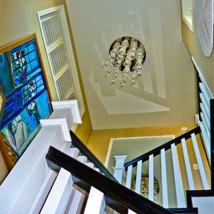 ロサンゼルスのトロピカルスタイルのおしゃれな階段の写真